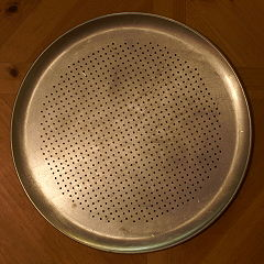 perforated pan for a crispy bottom